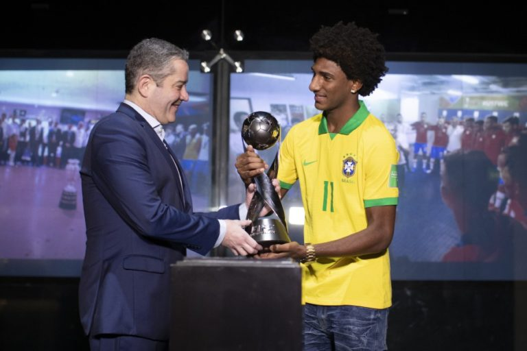 Talles Magno recebe medalha do Mundial Sub-17 e entrega taça ao Museu Seleção Brasileira